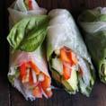 Вьетнамские роллы с базиликом, авокадо, капустой и пряным арахисовым соусом