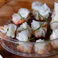 Dim Sum - китайские пельмени с креветками, грибами и зеленым луком, завернутые в рисову бумагу