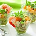 Салат-коктейль из креветок, авокадо, свежего огурца и мандарина