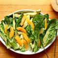 Азиатский салат с апельсином, шпинатом и авокадо