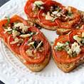 Открытый бутерброд с запеченными помидорами