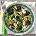 Летний салат с ежевикой, миндалем, рукколой и моцареллой