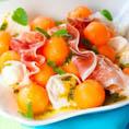 Салат с дыней, прошутто, козьим сыром и кедровыми орешками