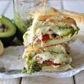 Бутерброд - гриль с авокадо, песто и моцареллой