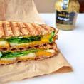 Сэндвич - гриль с сыром, грушей и рукколой